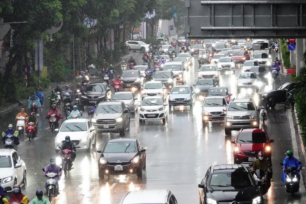 Theo ghi nhận cuả PV, vào giờ cao điểm sáng nay 11/10, nhiều tuyến đường tại Hà Nội rơi vào cảnh ùn tắc kéo dài hàng km dù lực lượng CSGT đã nỗ lực phân luồng, người tham gia giao thông mệt mỏi nhích từng mét trên đường trong cơn mưa.