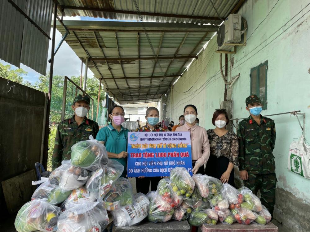 Chị Huỳnh Đặng Hà Tuyên-Chủ tịch Hội LHPN Q.Bình Tân (người thứ 3 từ phải qua trái) cùng  mạnh  thường  quân tặng quà cho hội viên phụ nữ ở trọ.