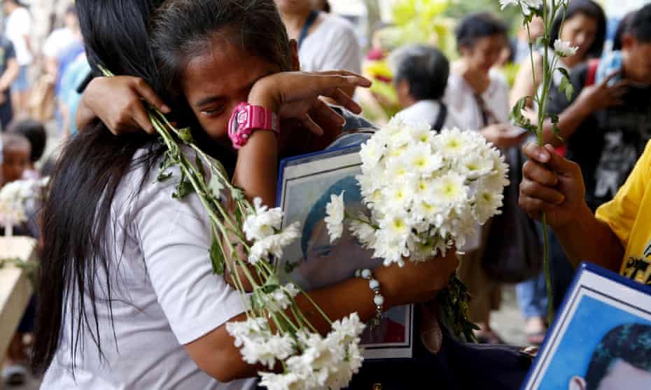 Thân nhân của các nạn nhân trong 'cuộc chiến chống ma túy' của Tổng thống Philippines Rodrigo Duterte an ủi nhau tại một nhà thờ ở thành phố Quezon vào năm 2019.