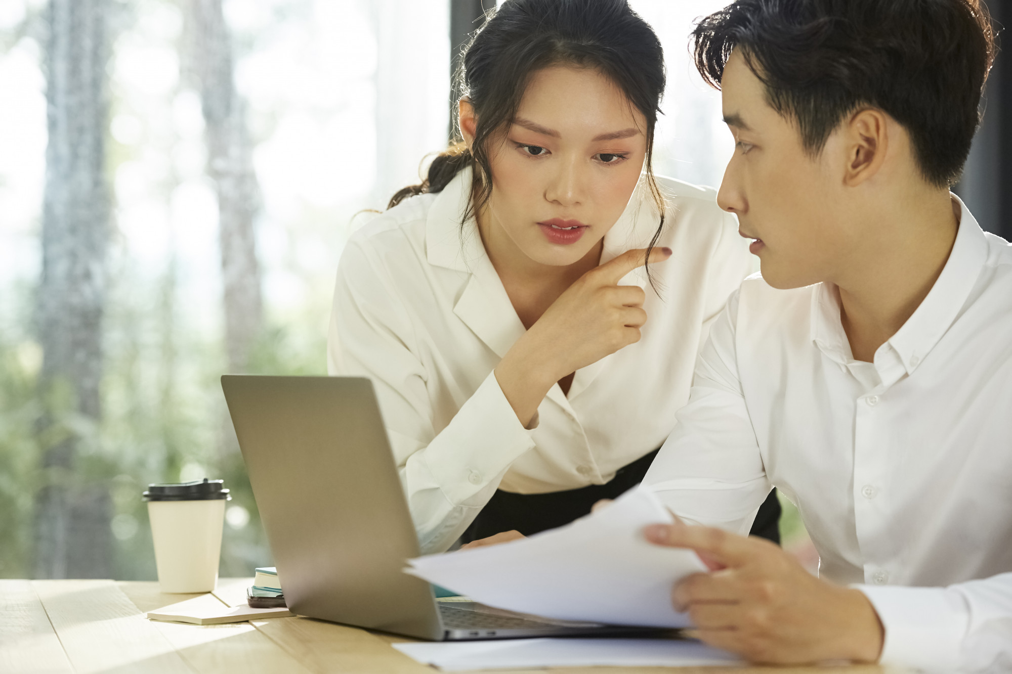 Sự thân thiết nơi công sở rất dễ dẫn đến những cảm xúc ngoài vợ ngoài chồng - Hình minh họa - XFRAME