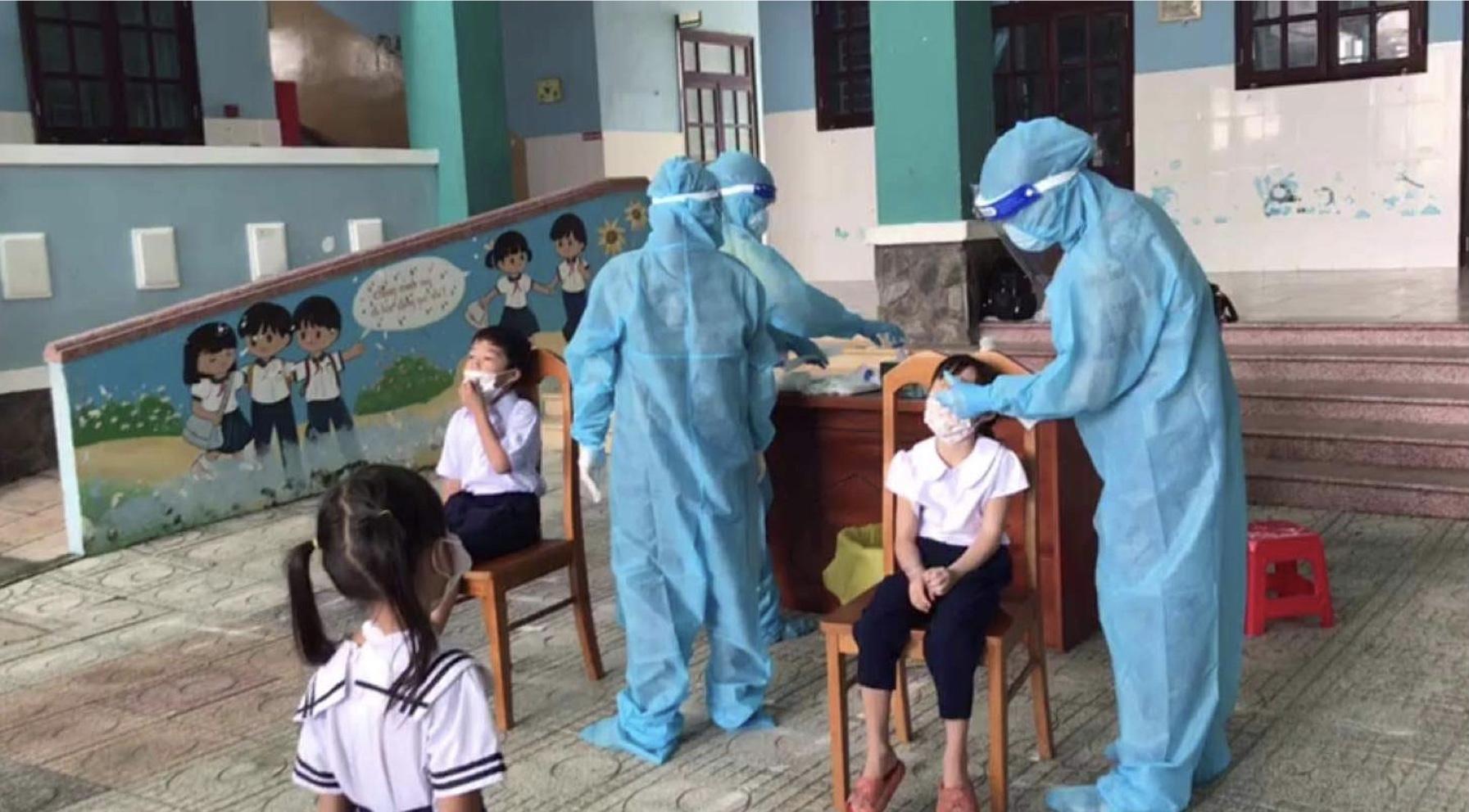 Học sinh tại xã đảo Thạnh An làm xét nghiệm COVID-19