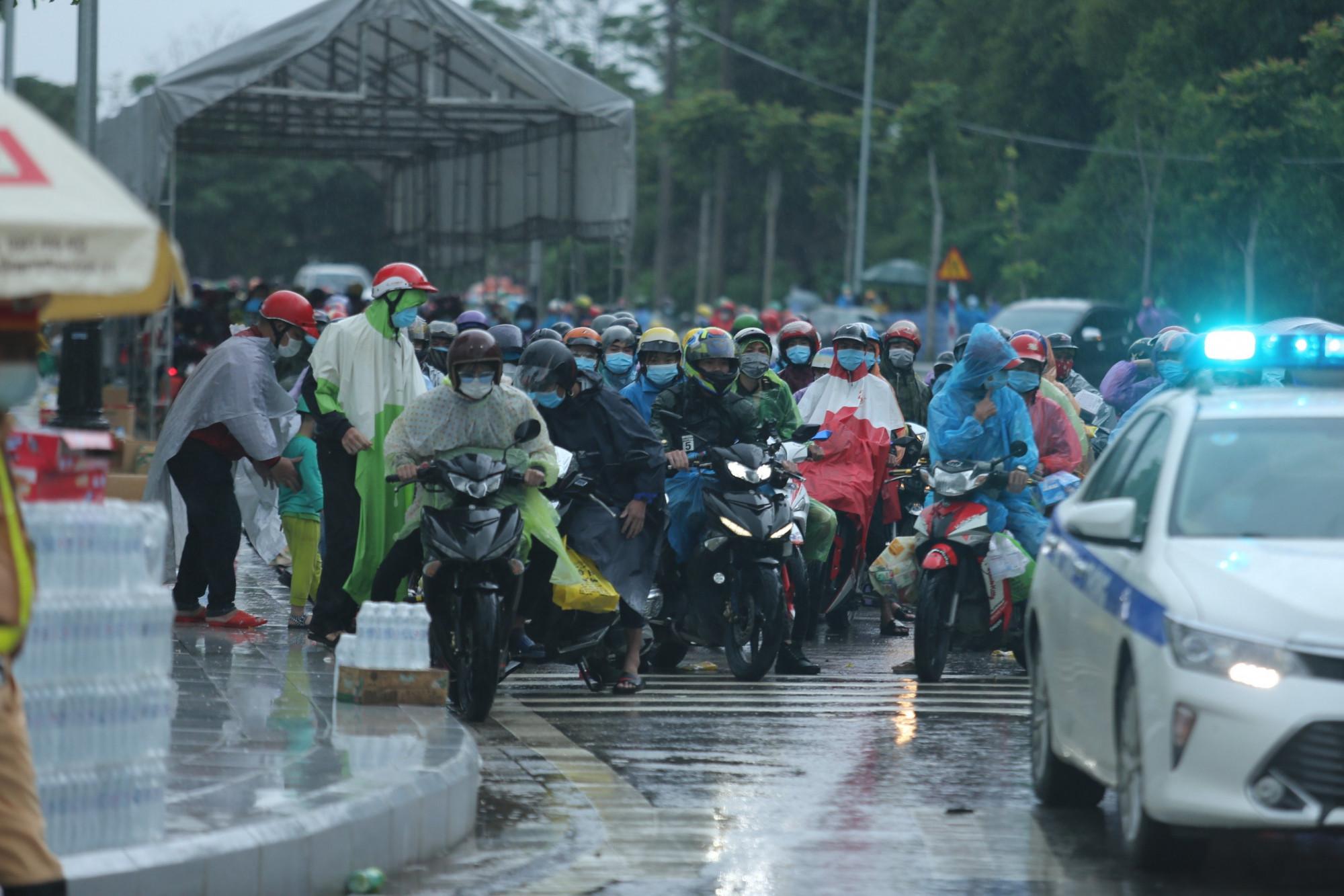 Công dân các tỉnh khác được CSGT dẫn đoàn chạy theo quốc lộ 1A, đi hết địa phận Nghệ An