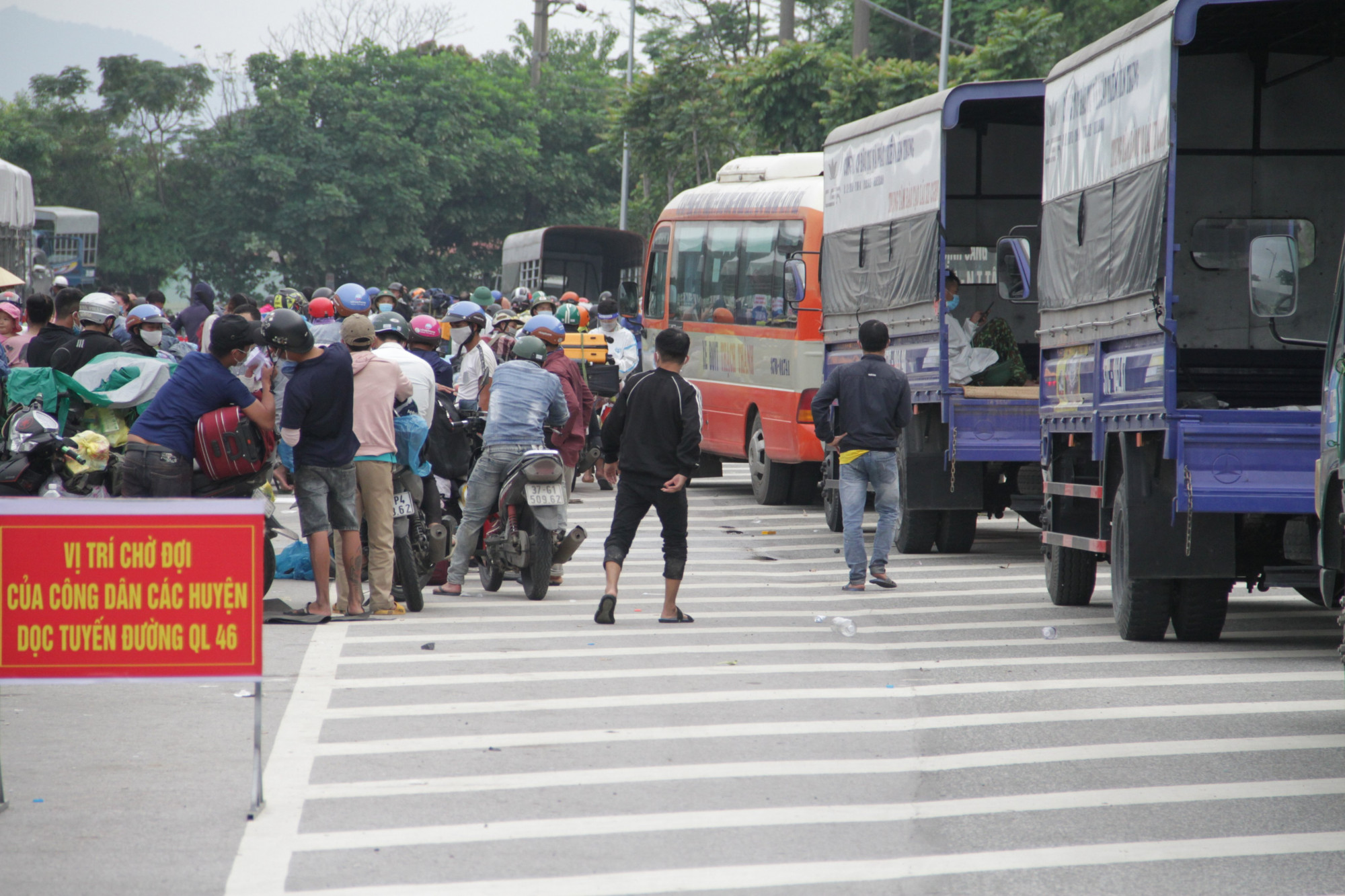Sau khi khai báo y tế, người dân Nghệ An được các xe trung chuyển chở về địa phương cách ly