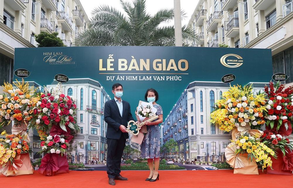Khách hàng vui mừng nhận chìa khóa bàn giao Shophouse Him Lam Vạn Phúc - Ảnh: Him Lam Land