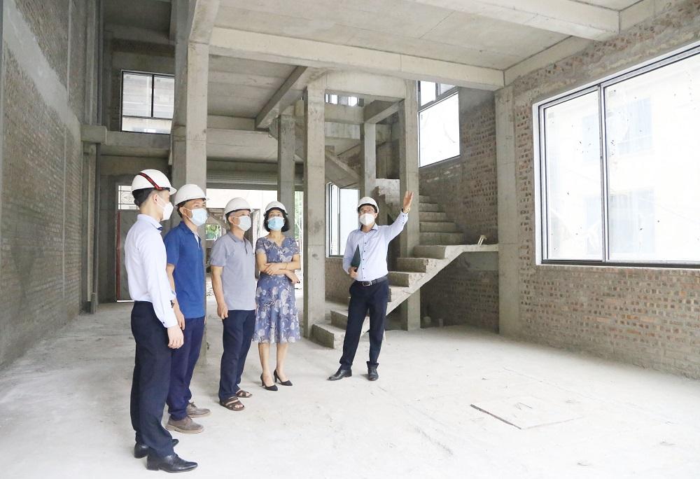 Khách hàng cùng đại diện Him Lam Land kiểm tra và hài lòng với chất lượng công trình - Ảnh: Him Lam Land