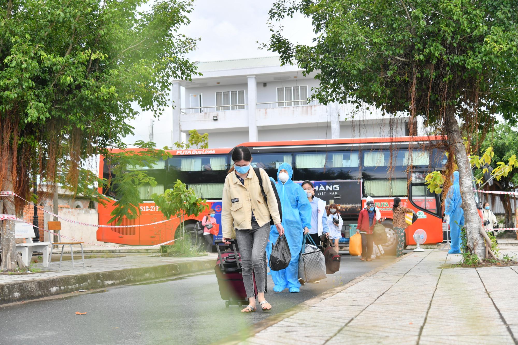 Bà con nhân dân được ngành chức năng tỉnh Kiên Giang đón về quê