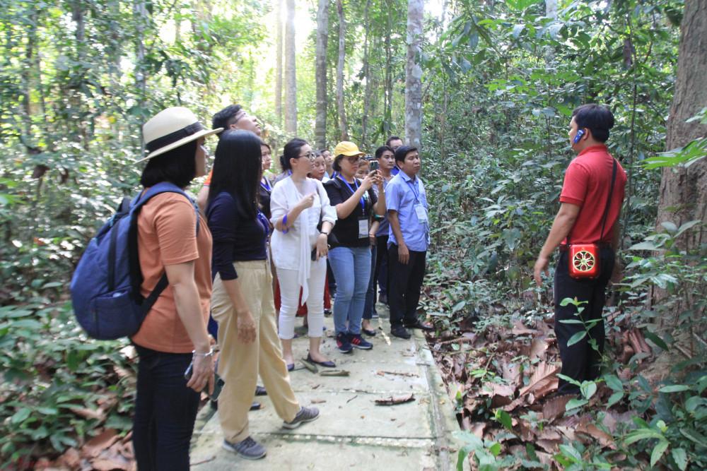 Khách du lịch tham quan vườn quốc gia Lò Gò Xa Mát (Tây Ninh) - Ảnh: Quốc Thái