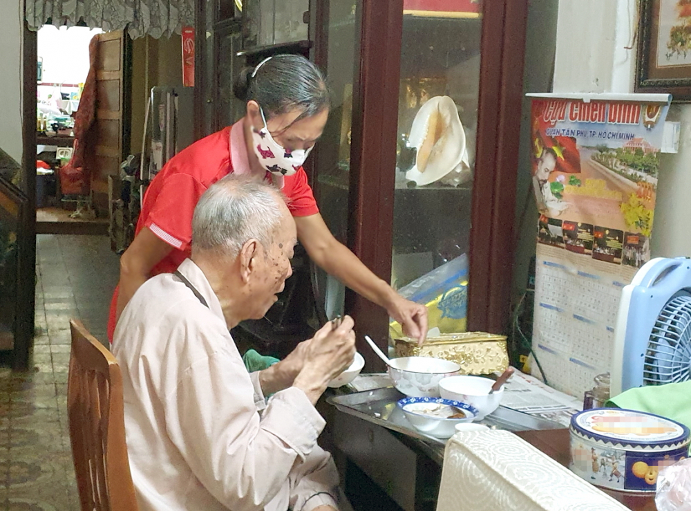 Chị Nguyễn Ngọc Yến chăm lo, phụng dưỡng cha già