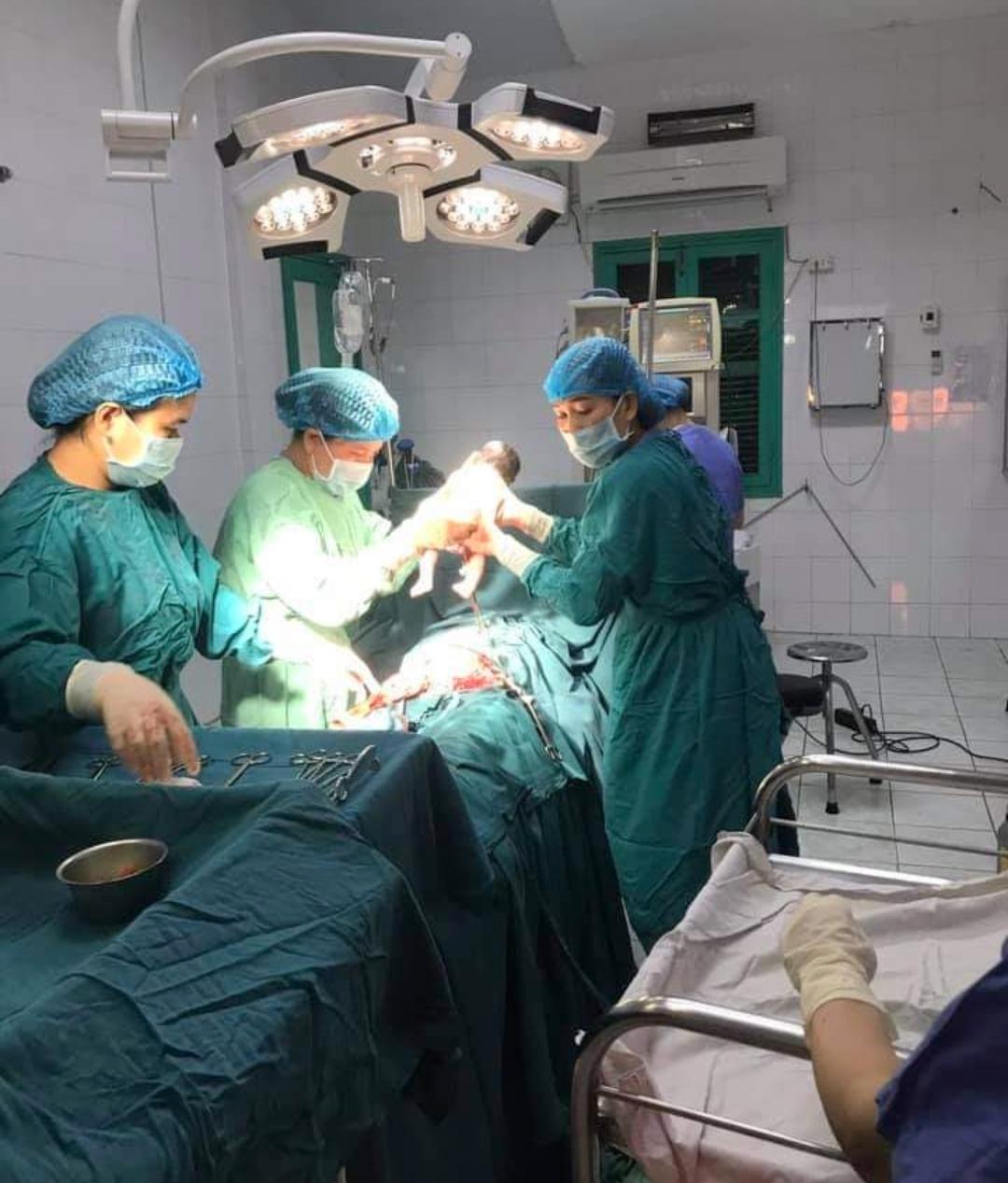 Trung tâm Y tế huyện Hướng Hóa mổ đẻ cấp cứu thành công cho sản phụ H.T.A.R. - Ảnh: TTYT Hướng Hóa cung cấp