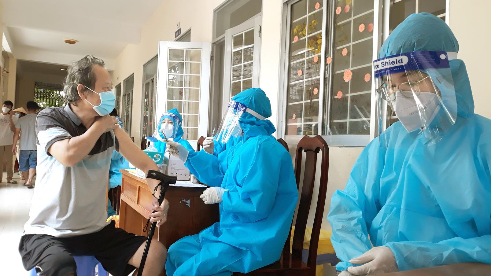 Lực lượng y tế ở TP.Cần Thơ tiêm vắc-xin cho người dân vào sáng 12/10 - ẢNH: TỪ NHÂN