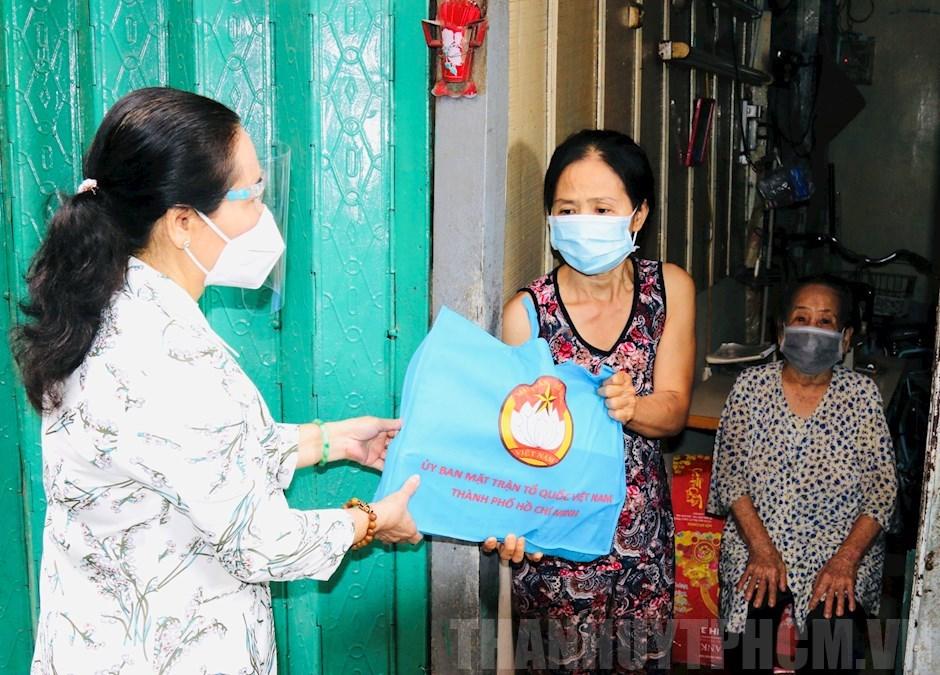 Chủ tịch HĐND TPHCM Nguyễn Thị Lệ trao quà hỗ trợ ảnh hưởng dịch bệnh cho người dân