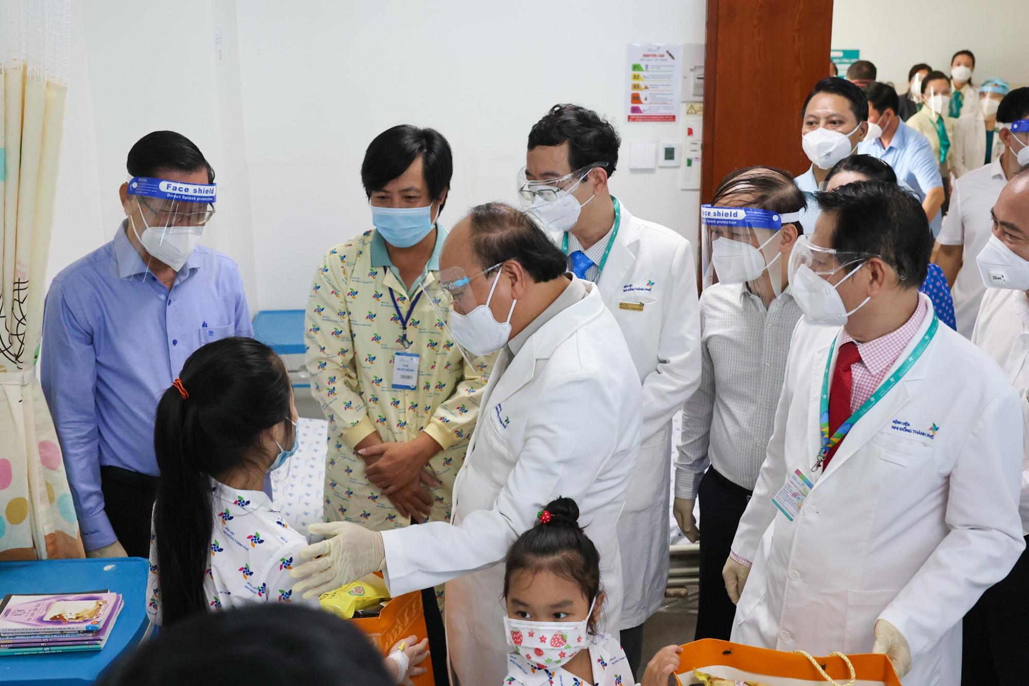 Chủ tịch nước Nguyễn Xuân Phúc thăm hỏi bệnh nhi tại Bệnh viện Nhi đồng TPHCM, ảnh BVNĐTP