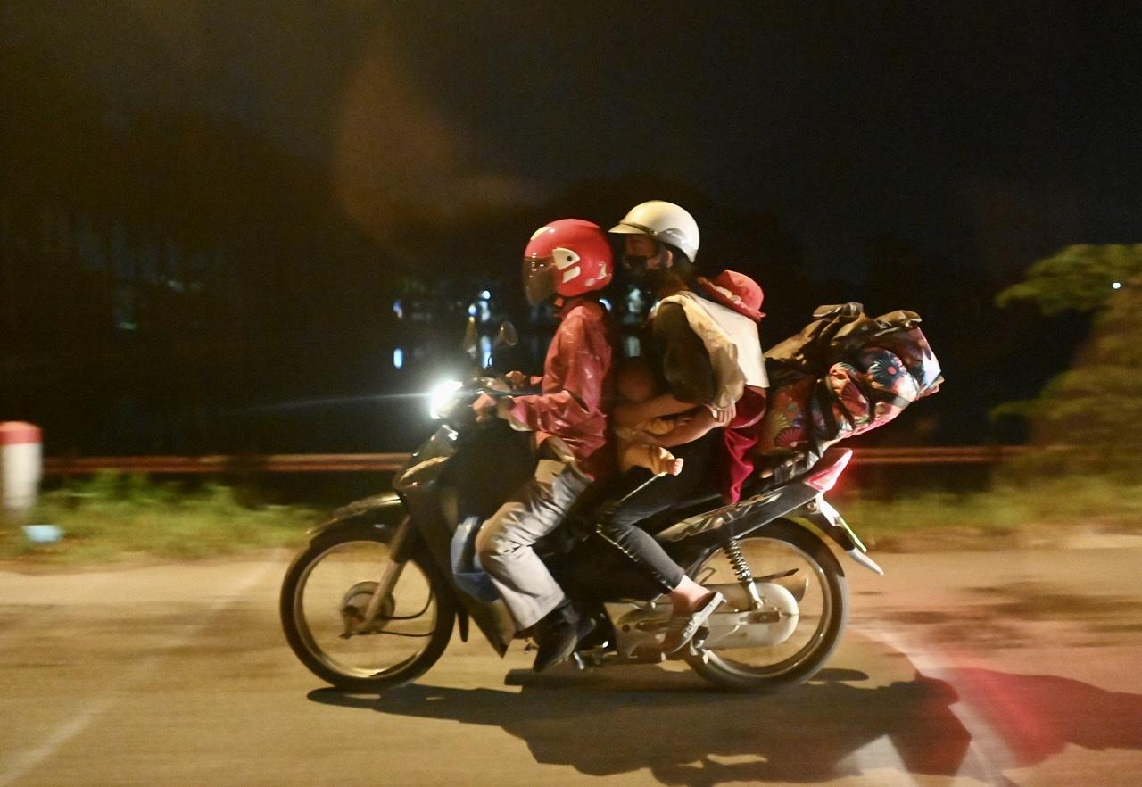 Trong đoàn xe có không ít em nhỏ theo cha mẹ di chuyển gần 2.000km bằng xe máy.