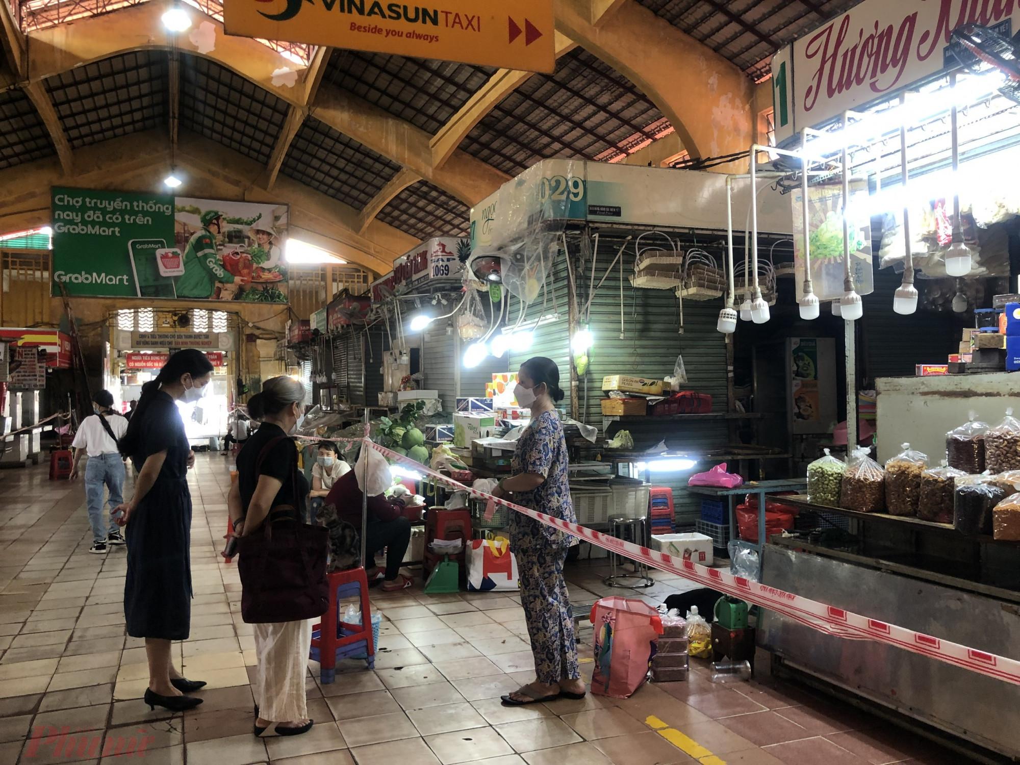 Chợ Bến Thành hoạt động trở lại hơn một tuần nay nhưng hiện lượng khách đến chợ không nhiều.