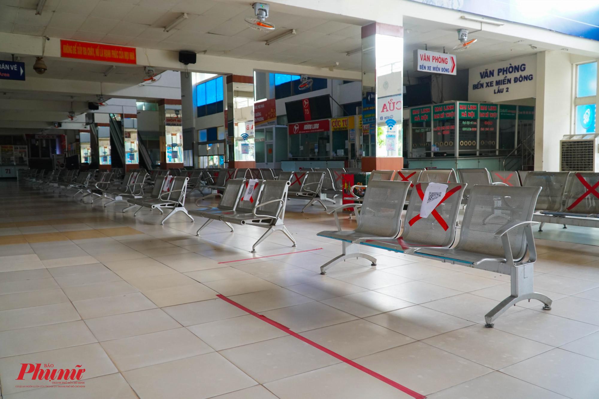Các hàng ghế được đánh dấu X, hạn chế người dân ngồi gần nhayu