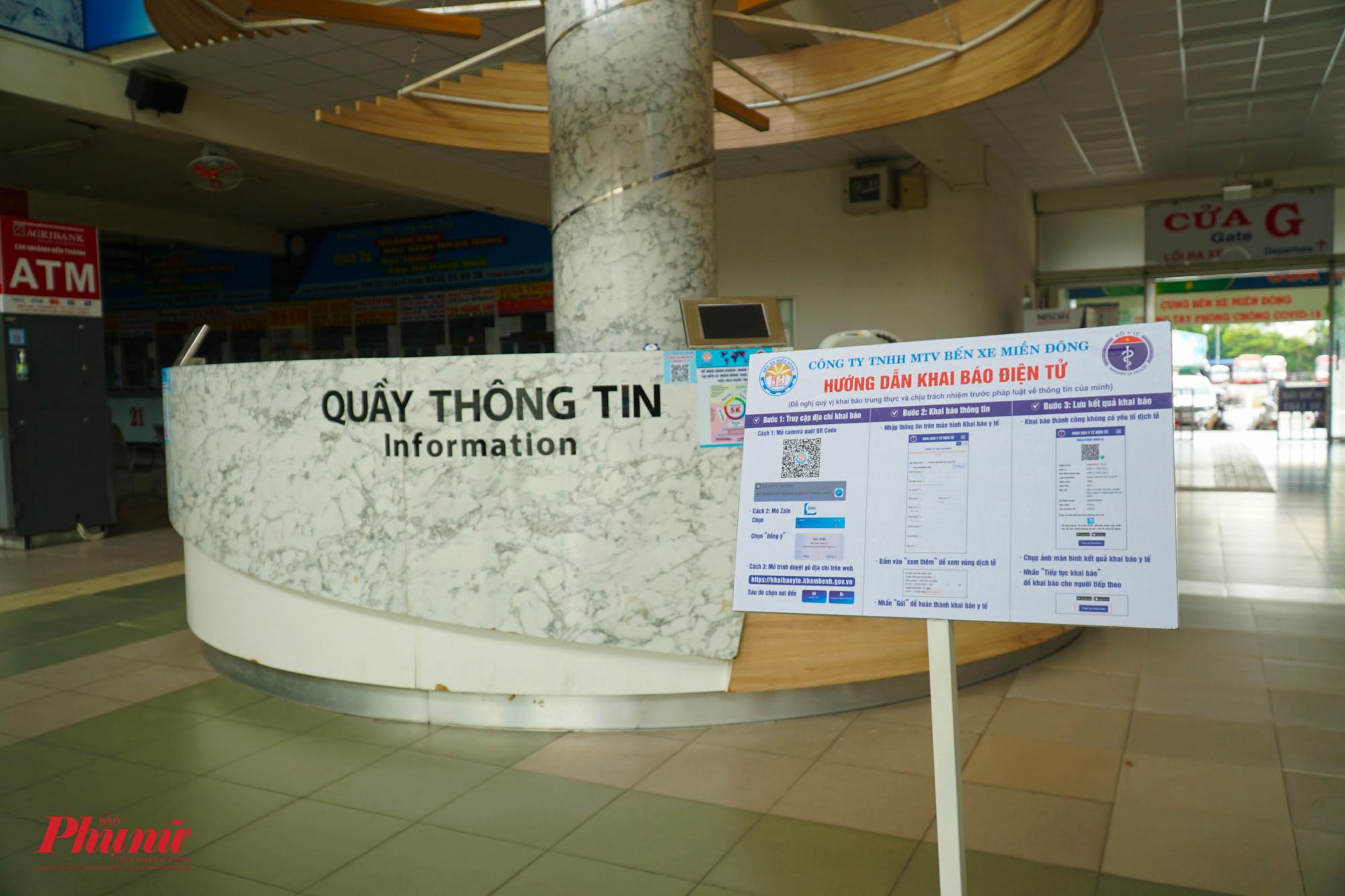 Mã QR và thông tin hướng dẫn được bố trí khắp nơi trong bến xe Miền Đông