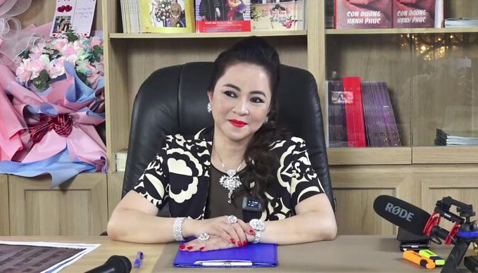 Những cuộc livestream của bà Nguyễn Phương Hằng thu hút hàng trăm người theo dõi, kéo theo