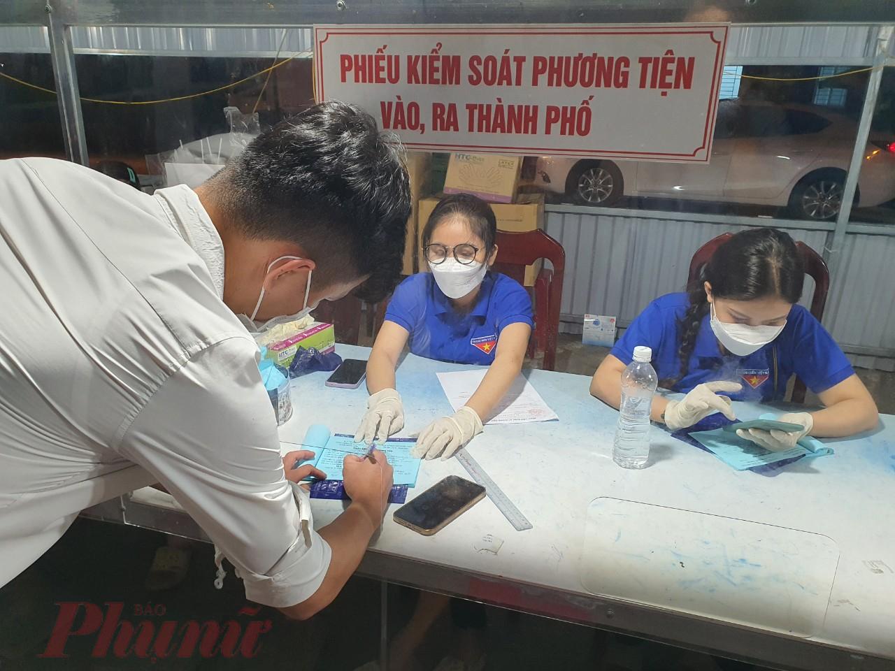 Kiểm soát phương tiện ra vào thành phố tại chốt kiểm soát phía nam thành phố Đà Nẵng