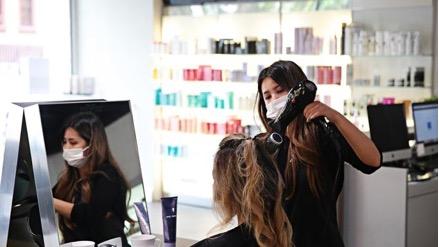 Dịch vụ làm tóc sẽ mở cửa với giới hạn về khách hàng được dỡ bỏ hoàn toàn