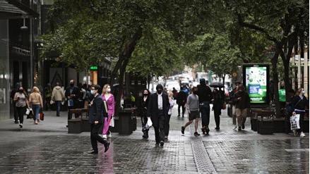 Người dân xuống phố ngày một đông dấu hiệu trở lại của nhịp sống hằng ngày