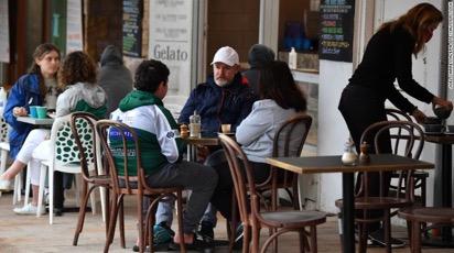 Một quán cà phê ở Sydney, Úc vào ngày 11/10 sau khi lệnh phong tỏa được dỡ bỏ.