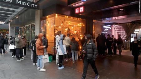 Khách hàng xếp hàng để vào mua sắm vào ngày 11/10 sau hơn 100 ngày giãn cách xã hội.