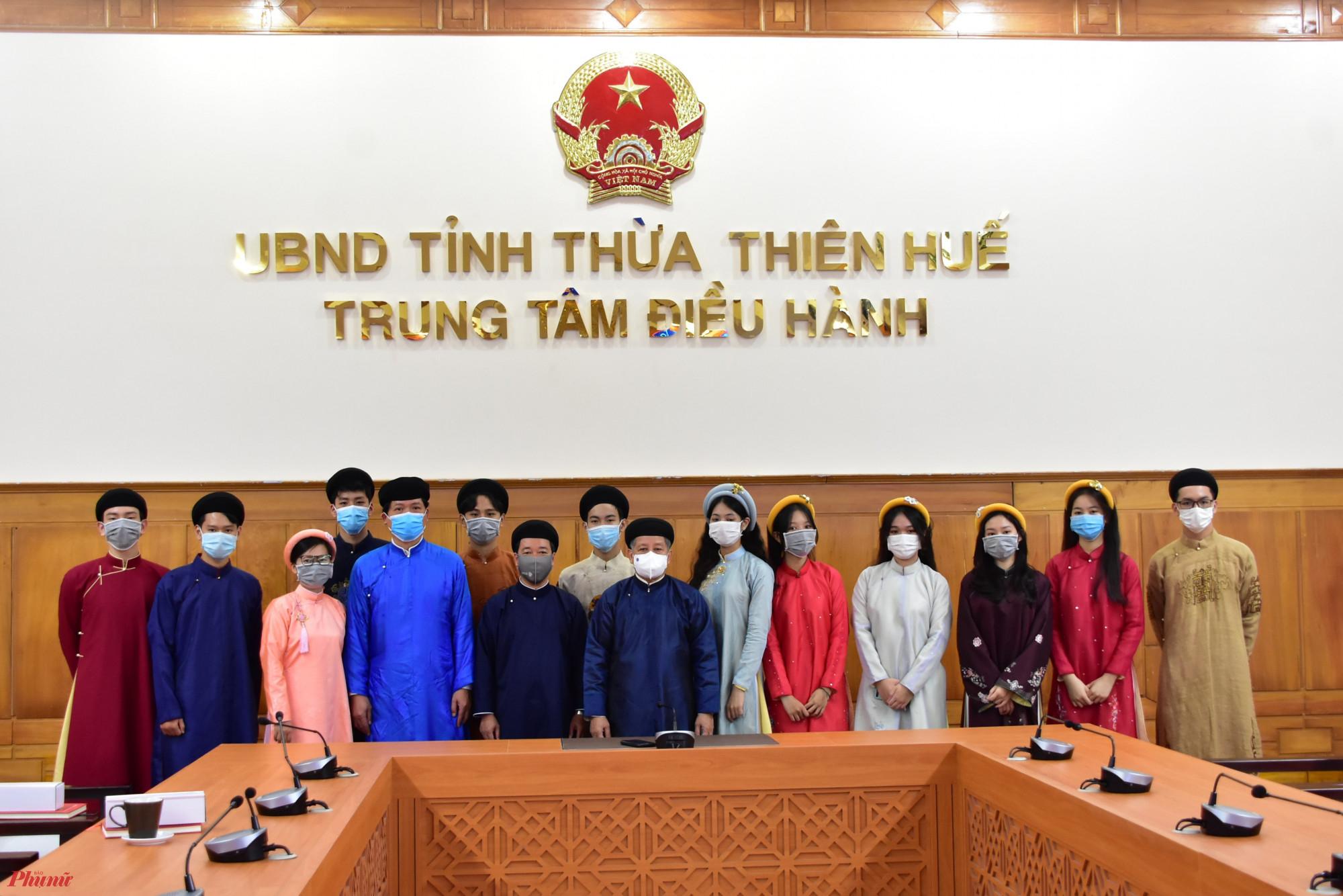 Ông Phan Ngọc Thọ dẫn học sinh tham quan Trung tâm điều hành tại trụ sở UBND tỉnh
