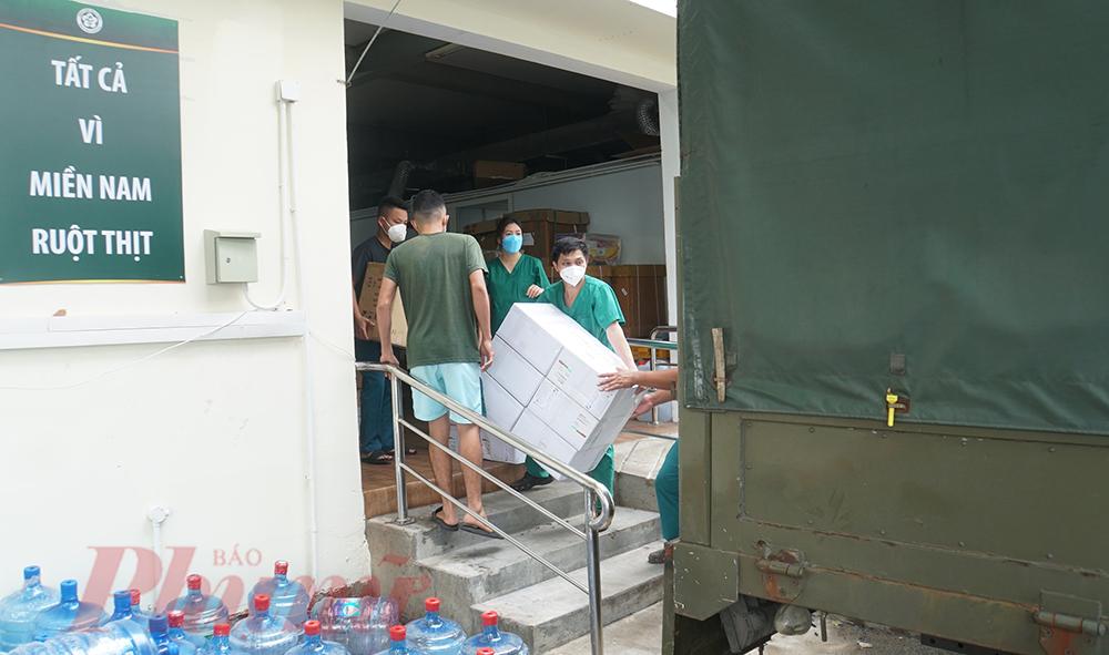 Hơn 2 tháng cùng lực lượng y tế TPHCM chống dịch, các y bác sĩ của Bệnh viện Bạch Mai (đang quản lý Bệnh viện Dã chiến số 16) dần thu dọn đồ đạc, chuẩn bị rút quân về Hà Nội.