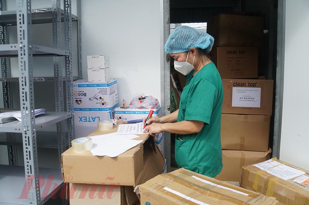 Nếu phía bên ngoài đang được thu dọn dần, thì bên trong Bệnh viện Dã chiến số 16 Bạch Mai, những tập hồ sơ, số liệu cũng đang được kiểm kê lại để chuẩn bị bàn giao cho lực lượng y tế kế nhiệm