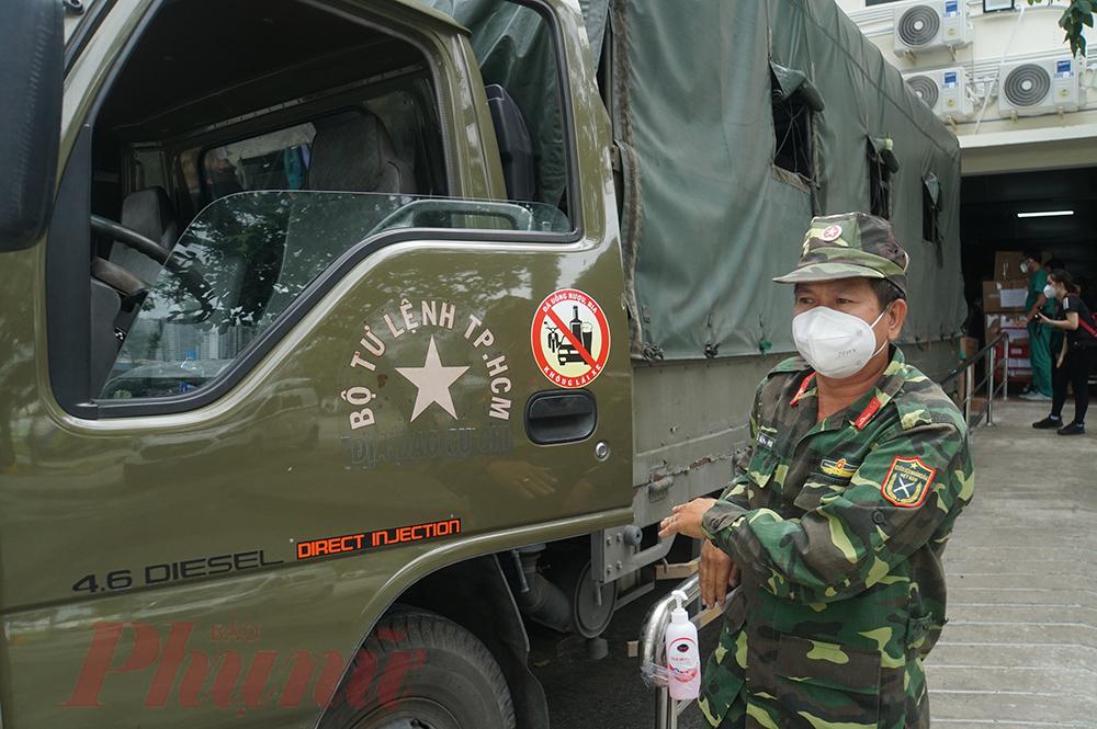 Để hỗ trợ y bác sĩ Bệnh viện Bạch Mai, lực lượng quân đội thuộc Bộ Tư lệnh TPHCM đã tăng cường xe, nhân lực để thu dọn