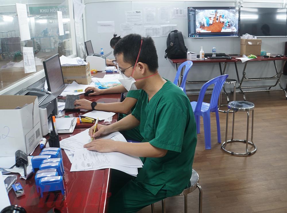 Bác sĩ Tấn nói: Theo lộ trình bàn giao, Bệnh viện Bạch Mai cũng đã và đang thực hiện nhiệm vụ tập huấn hồi sức cho lực lượng y bác sĩ TPHCM. Hiện nay, các bác sĩ TPHCM có năng lực chuyên môn rất tốt, ai cũng đầy tâm huyết trong cứu chữa người bệnh