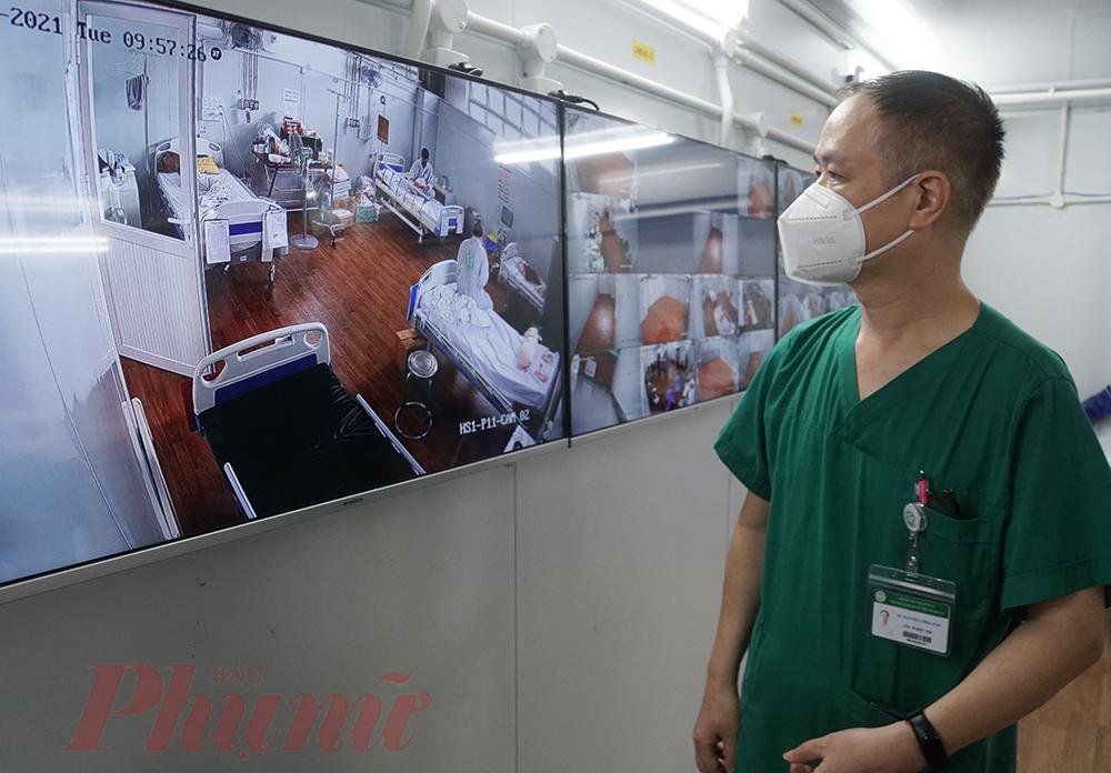 Nhìn màn hình camera lưu lại cảnh bên trong khu điều trị, bác sĩ Tấn cho biết tuy lực lượng rút về Hà Nội nhưng vẫn sẽ hỗ trợ y bác sĩ miền Nam khi có ca bệnh cần hội chuẩn chuyên môn. Mọi người sẵn sàng canh trực, tiếp nhận và hội chẩn từ xa, hạn chế tối đa bệnh nhân nặng cũng như tử vong do COVID-19