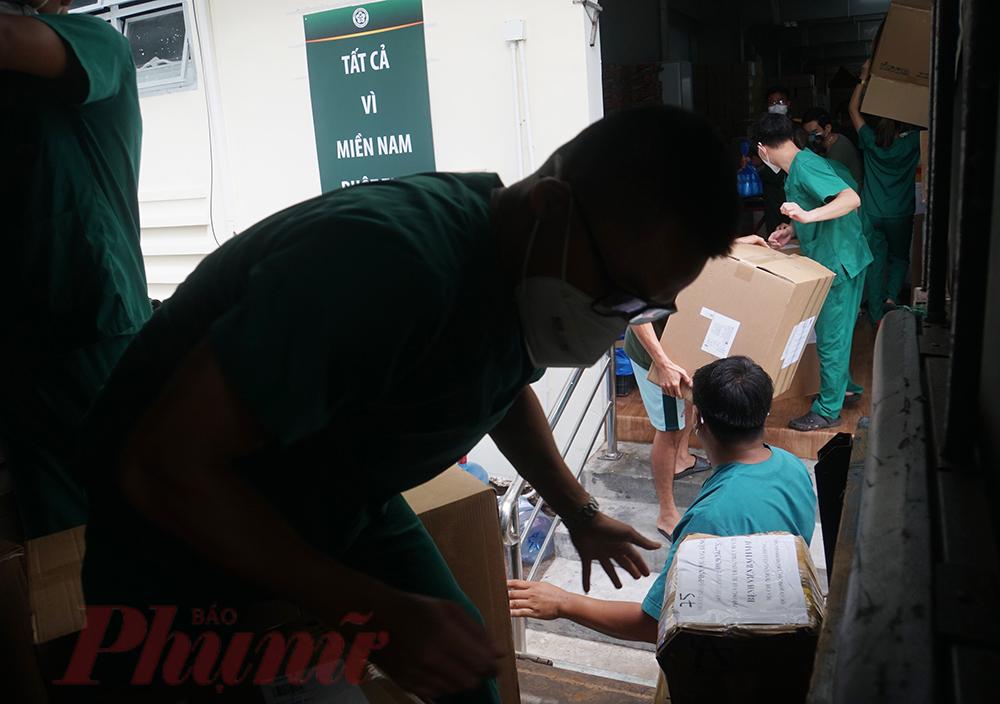 TPHCM đang dần kiểm soát dịch COVID-19, số lượng F0 cũng giảm đáng kể, bệnh nhân nặng dần được thu hẹp, cũng là lúc các chiến sĩ áo trắng Hà Nội mỗi người một tay, các bác sĩ khuân vác vật tư y tế, thiết bị,... trở về nhà.