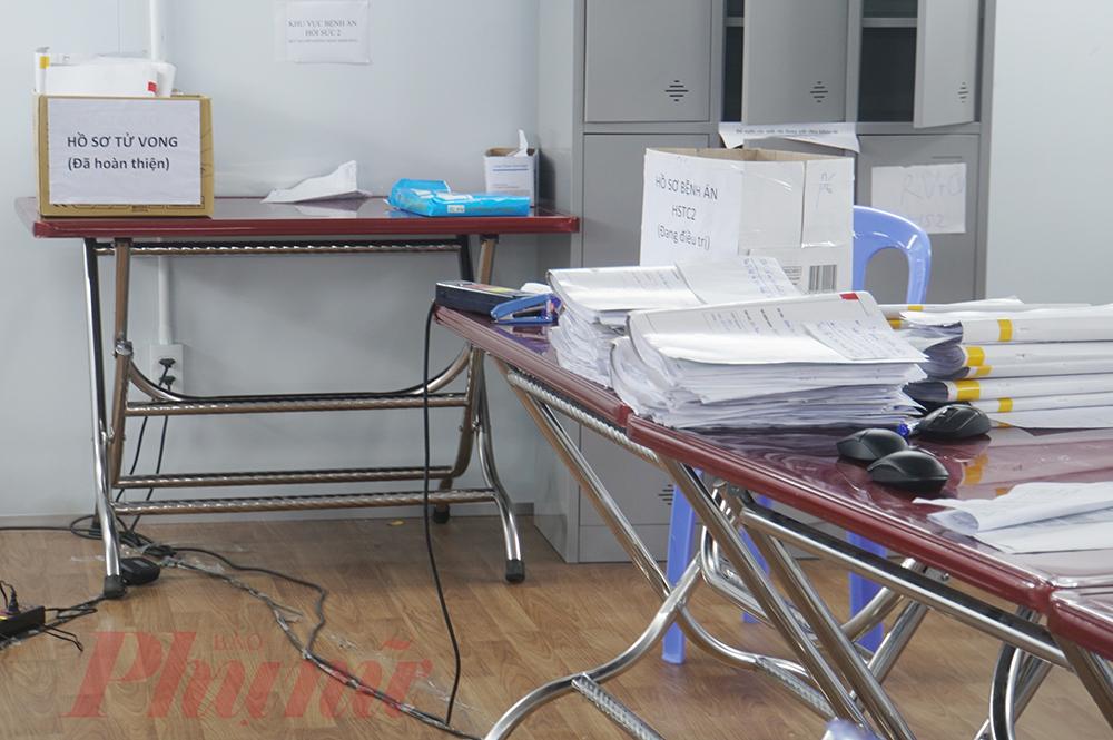 Nhân viên phòng Kế hoạch tổng hợp vừa tổng kết bệnh nhân COVID-19, phân loại điều trị theo bệnh án, y lệnh của bác sĩ, vừa thu xếp hồ sơ sổ sách