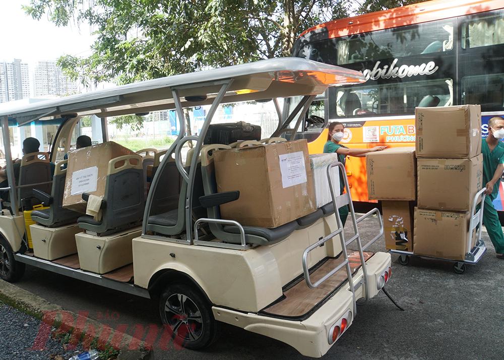 Xe đẩy, xe điện, xe máy, cứu thương,... đều được sử dụng để vận chuyển đồ đạc, những ngày qua hàng chục tấn thiết bị đã được đóng thùng chờ vận chuyển dần về Bắc, đợi đến ngày 15/10 Bệnh viện Bạch Mai chính thức bàn giao Bệnh viện Dã chiến số 16 cho Bệnh viện Nhân dân Gia Định quản lý