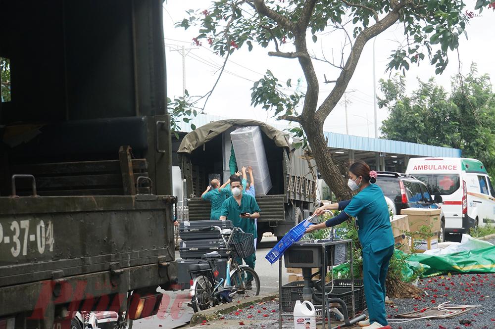 Từng chuyến xe mang theo niềm tin chiến thắng dịch bệnh trở về Hà Nội