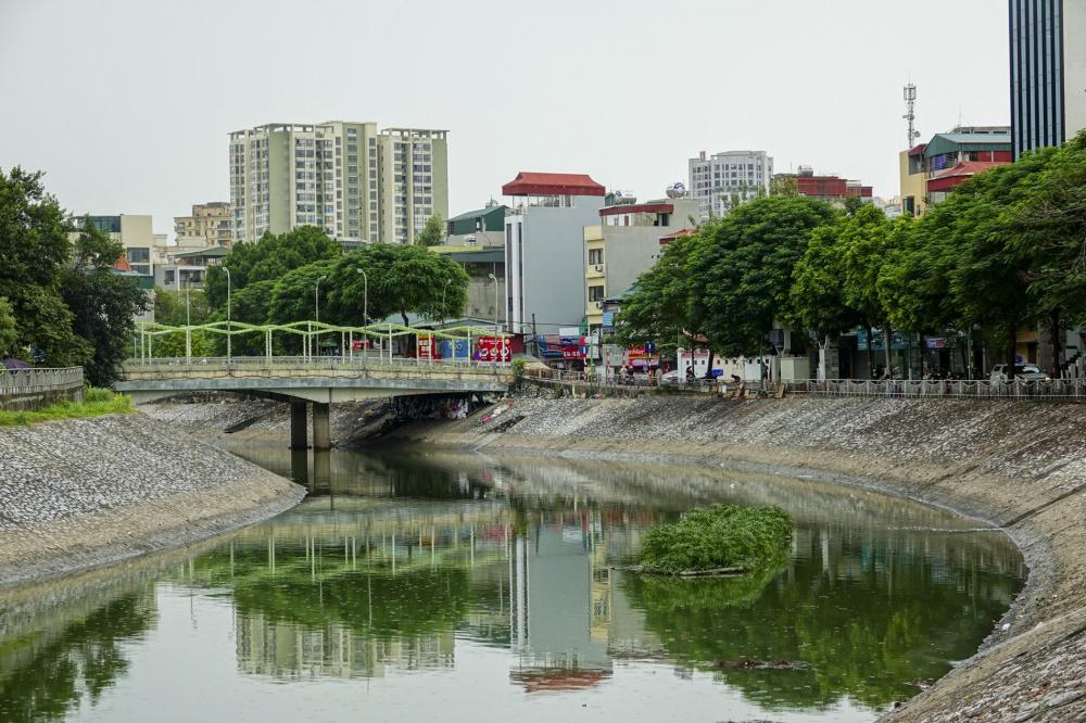 Sáng 13/10, theo ghi nhận của PV, nước trên sông Tô Lịch (Hà Nội) chuyển màu xanh ngắt vô cùng hiếm thấy. Sông Tô Lịch vốn là một con sông nhỏ nổi tiếng bởi độ ô nhiễm, chảy qua các quận Đống Đa , Thanh Xuân, Cầu Giấy, Hoàng Mai và huyện Thanh Trì.