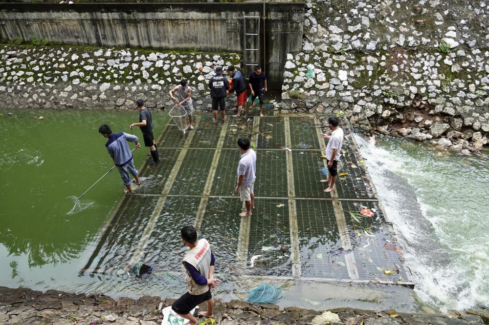 Vó, chài, xiên, cần câu... được người dân ở Hà Nội tận dụng để bắt cá trên sông Tô Lịch).