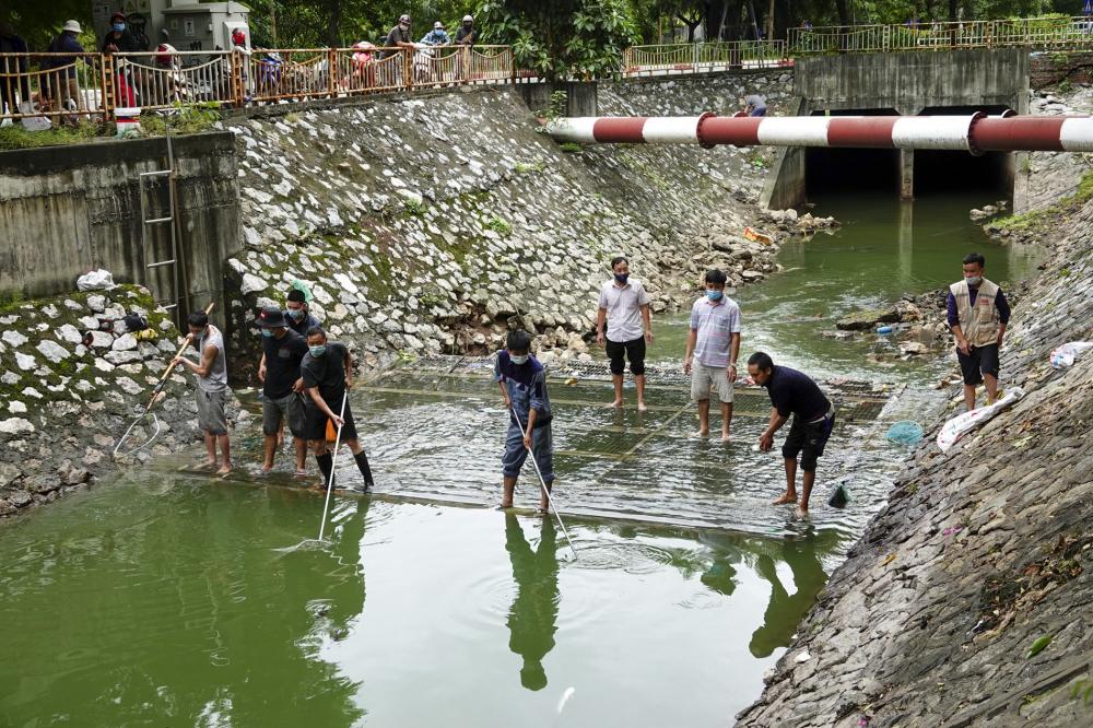 Mực nước ở phía đầu nguồn sông Tô Lịch những ngày này luôn ở mức cao.. Tranh thủ thời gian này, nhiều người dân đã mang cần ra câu cá. Ghi nhận trong ngày 13/10 tại khu vực đầu nguồn sông Tô Lịch, có khoảng 20 cần thủ có mặt để thả câu.
