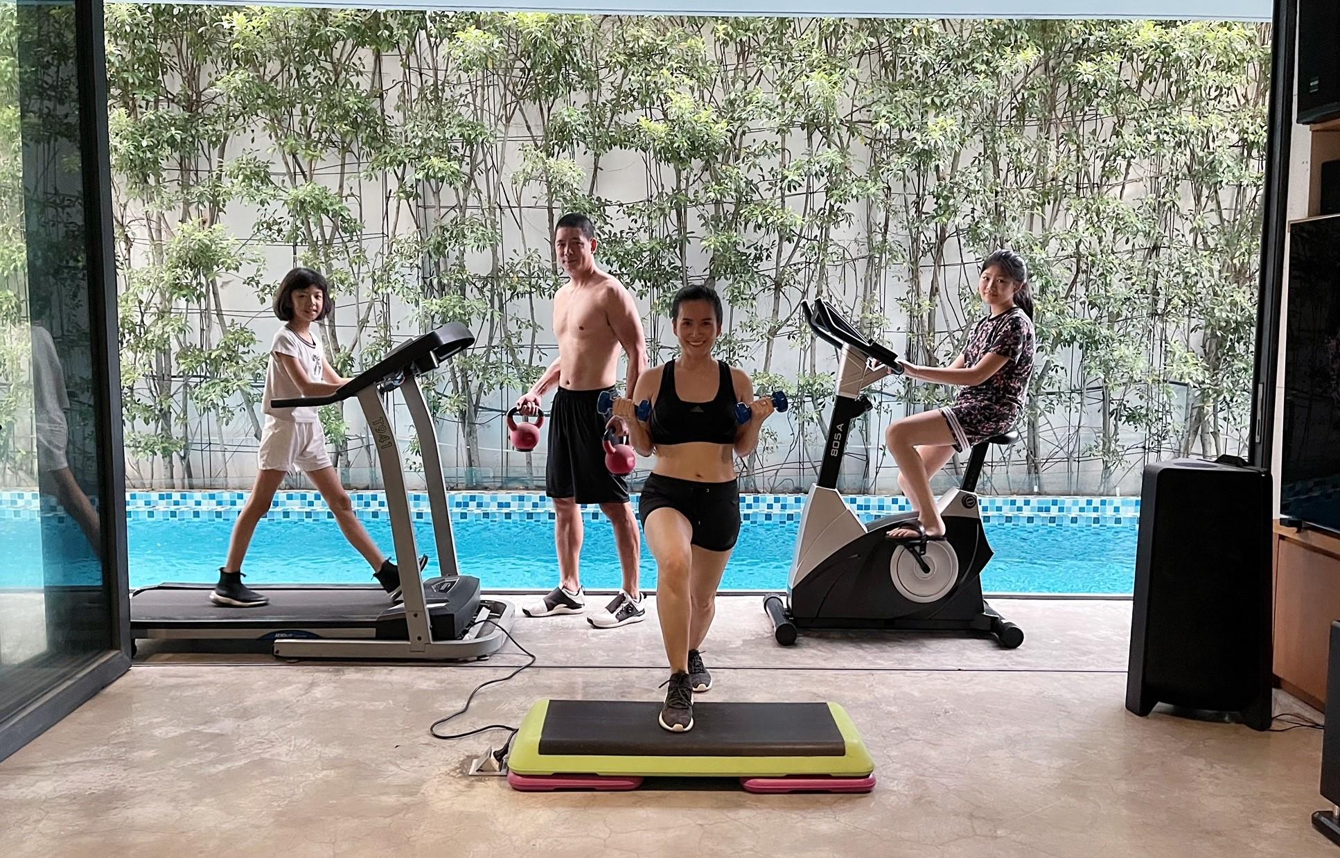 Gia đình Bình Minh - Anh Thơ tập luyện thể thao cùng nhau để tăng cường sức khỏe - Ảnh: Novaland