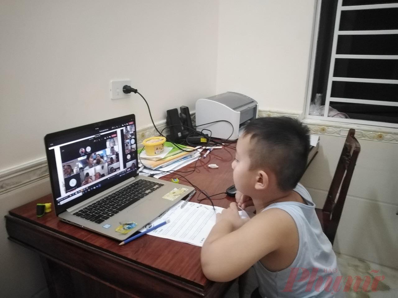 Học sinh học trực tuyến và năm học có thể kéo dài thêm - Ảnh: Đại Minh