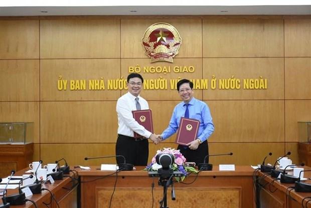 Đại diện của Ủy ban Nhà nước về người Việt Nam ở nước ngoài và Hội Doanh nhân tư nhân Việt Nam ký thỏa thuận hợp tác