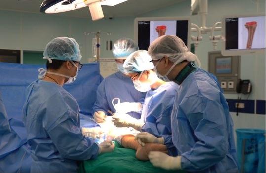 Các bác sĩ Trung tâm CTCH&YHTT của Vinmec trong ca mổ dài 4 giờ thay xương cho bệnh nhân Ngô Thị Tuất - Ảnh: Vinmec