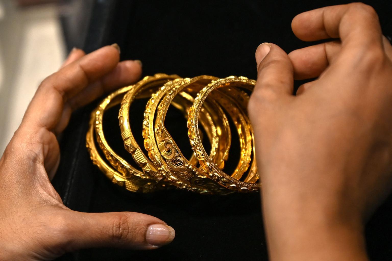 Các hộ gia đình Ấn Độ ước tính đang sở hữu 24.000 tấn vàng - trị giá 1,5 nghìn tỷ USD - dưới dạng tiền xu, thanh và đồ trang sức. ẢNH: AFP