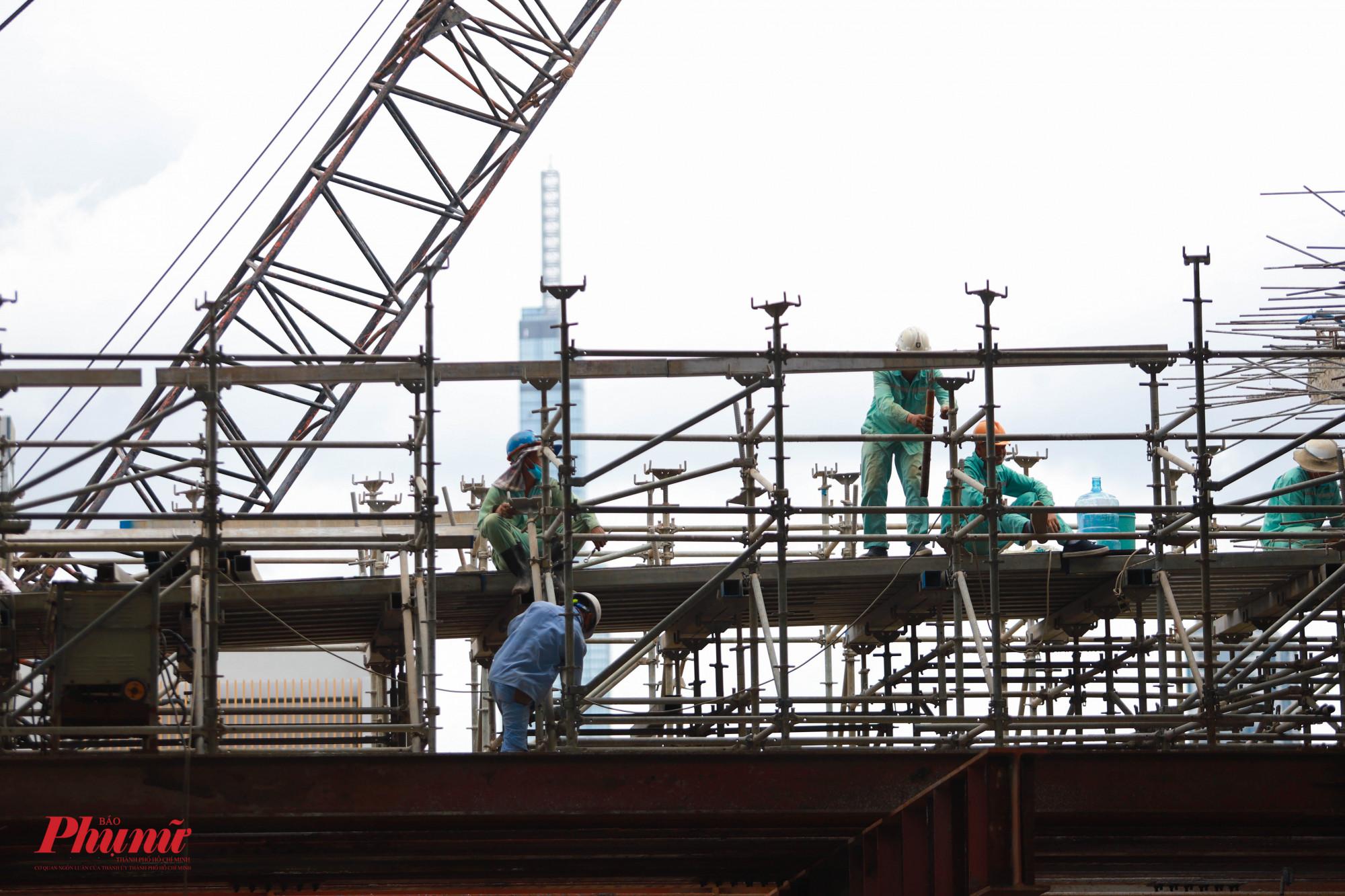 Các công nhân công trình vừa đảm bảo yêu cầu kỹ thuật, vừa phải đảm bảo quy tắc 5K của Bộ Y tế