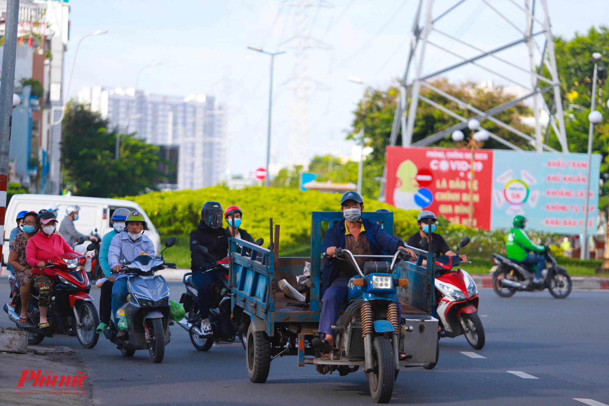 Vòng xoay Phú Lâm mỗi sáng đã đông đúc phương tiện di chuyển
