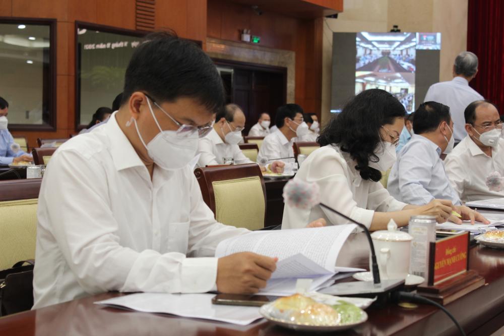 Các đại biểu nghiên cứu tài liệu tại Hội nghị.