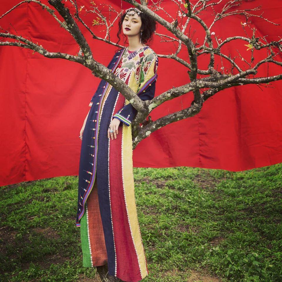 Trang phục của NTK Diego Chula thường có nhiều hình khối, màu sắc nổi bật, gắn liền với văn hoá Việt. Anh dành nhiều năm tìm hiểu thổ cẩm và liên tục đưa vào các BST.