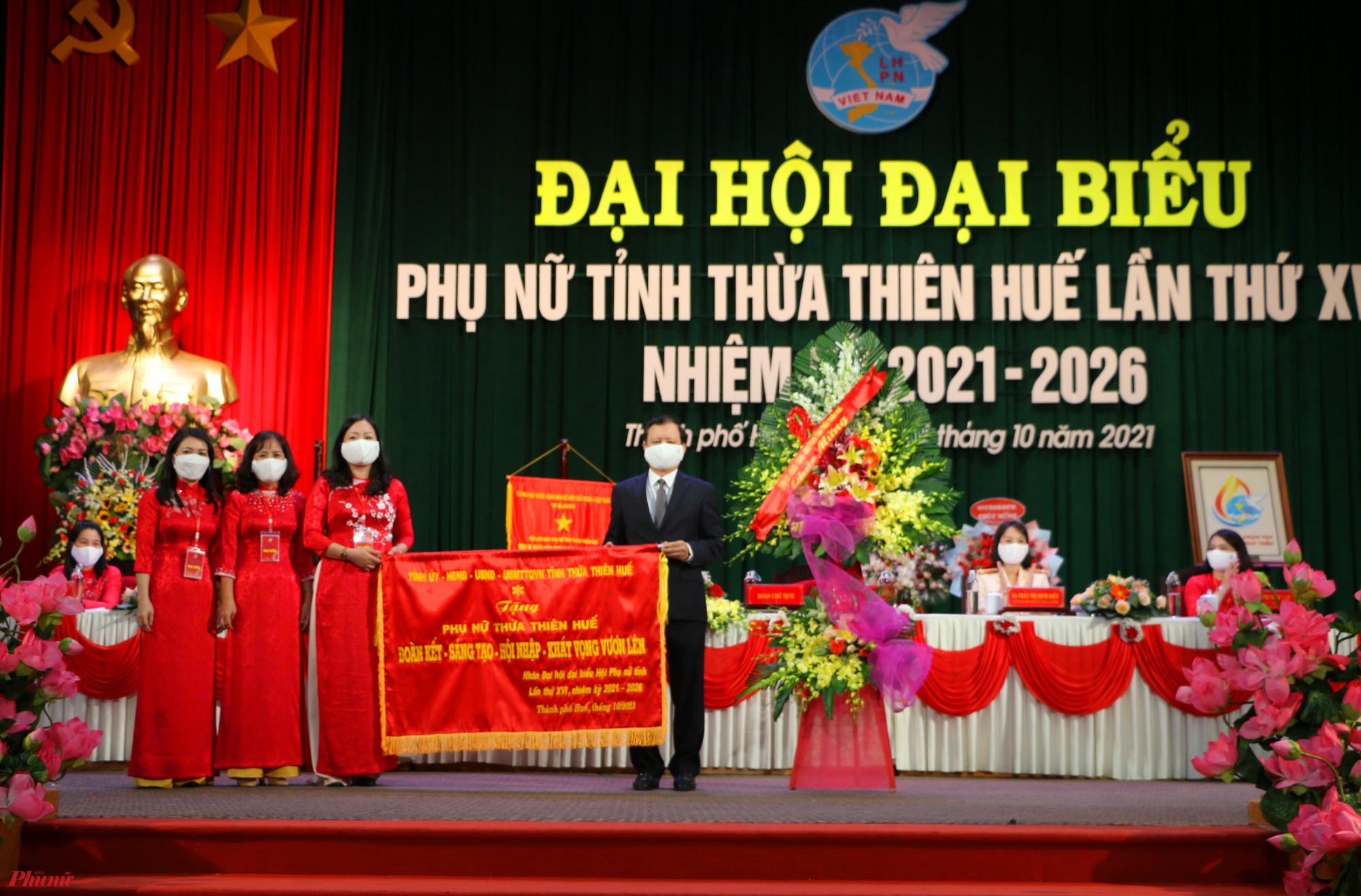 Ông Lê Trường Lưu- Ủy viên Trung ương Đảng, Bí thư Tỉnh ủy Thừa Thiên - Huế  trao trao bức trướng chúc mừng đại hội