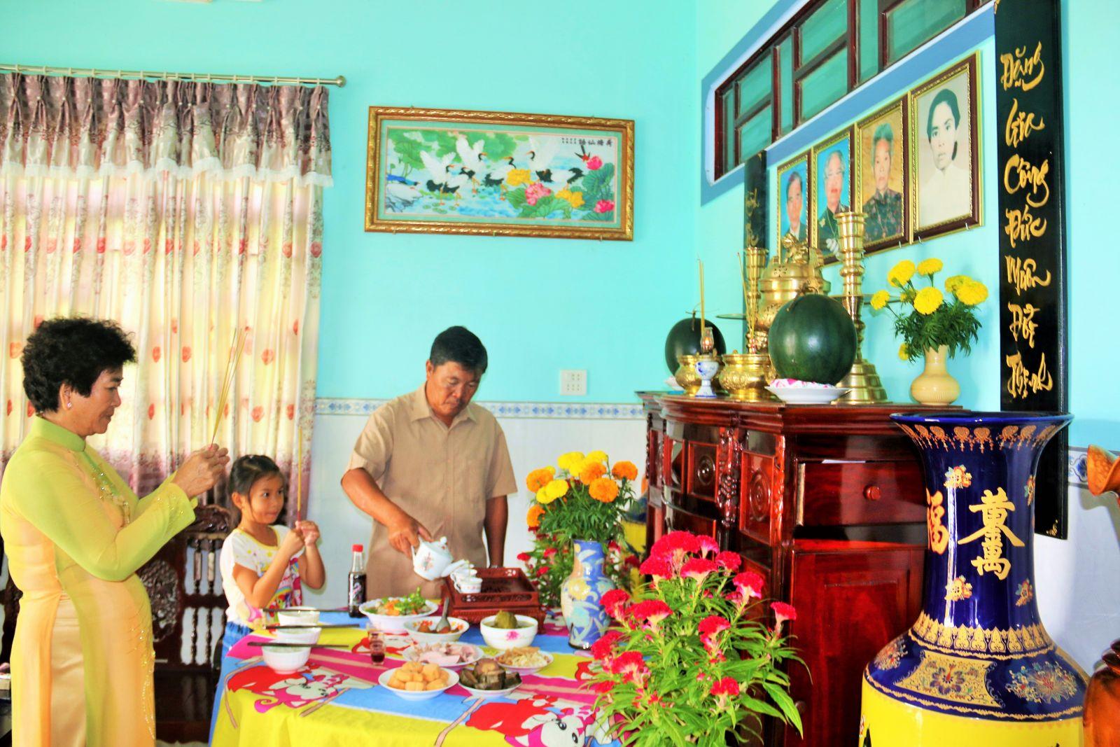 30 Tết, gia đình cúng rước ông bà. Phong tục lâu đời này cho thấy lối sống thảo thơm, hiếu kính của người dân Việt Nam.